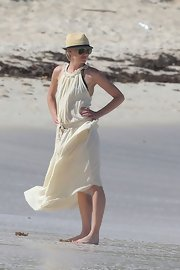 Portia looked cute and sun-safe in this gauzy linen cover-up on the beach in St. Barts.