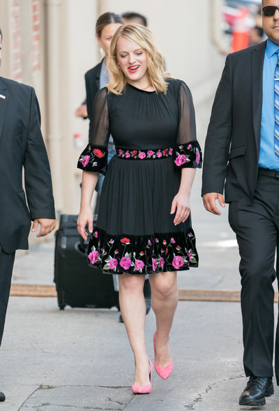 Elisabeth Moss coordinated her frock with pink suede pumps by Stella Luna.