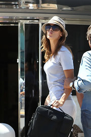 Elisabetta blows a kiss in a casual hat at Cannes.