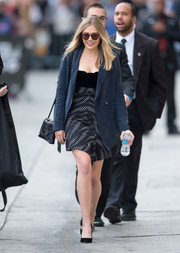 Elizabeth Olsen styled her outfit with a black leather shoulder bag.
