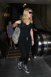 For her footwear, Ellie Goulding chose black suede sneakers by Golden Goose.