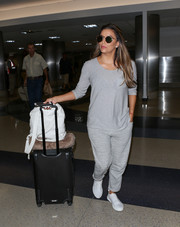 Eva Longoria dressed down in a long-sleeve gray tee for a flight.