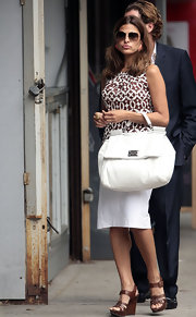 This big white handbag is perfect for a day of shopping, and Eva pulls it off with class.