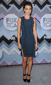 Natalie Zea looked sharp in this streamlined blue dress with contrast black piping.