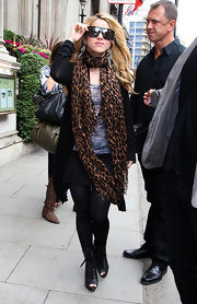 Shakira reflects coolness in her hot black shades while out in London.