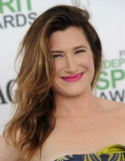Kathryn Hahn rocked a mussed-up side sweep at the Film Independent Spirit Awards.
