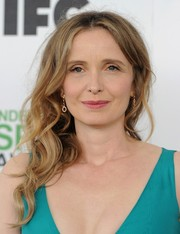 Julie Delpy wore her hair in a messy-sexy side sweep during the Film Independent Spirit Awards.