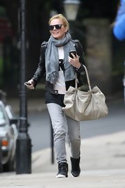 Geri's slouchy oversized hobo was a cool contrast to her fitted leather jacket.