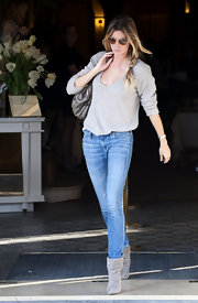 Gisele opted for a casual look with light skinny jeans.