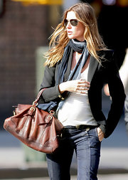Gisele accessorized her look with a blue knit scarf.