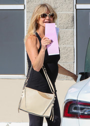 Goldie Hawn teamed her casual outfit with a cream-colored leather tote.