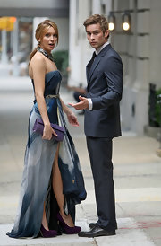 Katie was spotted on set in NYC looking stunning in a strapless Fall 2009 evening dress paired with purple accessories.