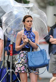 Leighton Meester showed off her crocodile leather tote bag while on set of Gossip Girls.