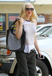 Gwen Stefani visited her acupuncturist carrying a stylish black-and-white hobo bag.