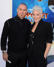 Carey Hart's black V-neck sweater and tie combo at the 'Happy Feet Two' premiere looked elegant without being too formal.