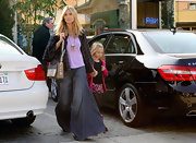 Heidi Klum hide her supermodel proportions in exceptionally wide-leg jeans.