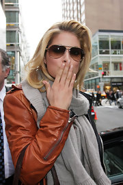 The brown lenses in these classic aviator sunglasses match Doutzen's leather jacket.