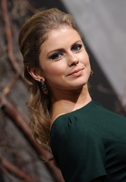 Rose McIver looked very pretty at the 'Hobbit' premiere wearing her hair in a wavy half-up half-down style.