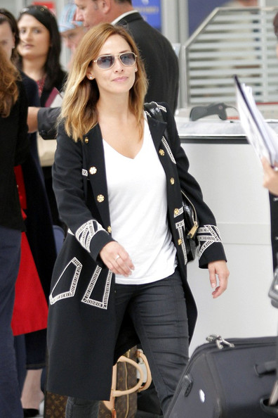 Natalie Imbruglia was a stylish traveler in a black-and-white military coat with gold buttons.