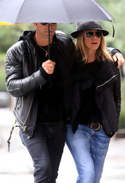 Jen was cool and casual in classic black aviators complete with gold hardware.