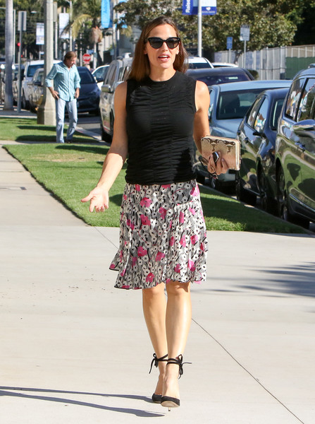 More Pics of Jennifer Garner Knee Length Skirt (1 of 8) - Dresses & Skirts Lookbook - StyleBistro