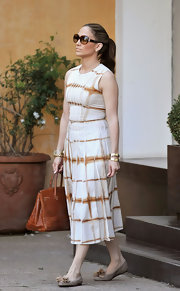 Jennifer looked perfectly polished in a neutral ensemble, topped off with a pair of oversized, tortoise shell sunglasses.