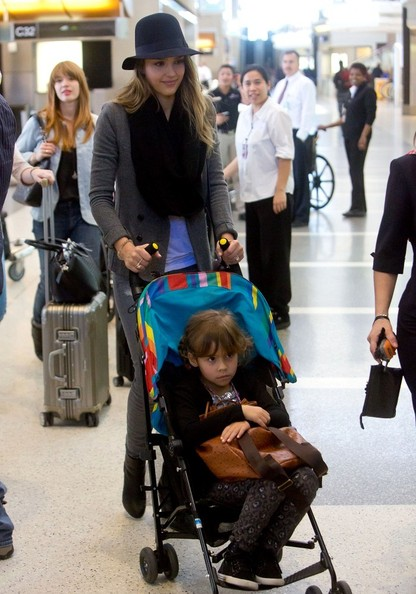 Jessica Alba Leaves LA With Her Daughter