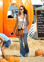 Jessica Alba finished off her outfit with a fringed brown suede bag by Longchamp.