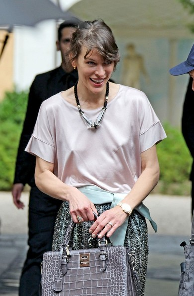 More Pics of Milla Jovovich Loose Blouse (5 of 7) - Milla Jovovich Lookbook - StyleBistro
