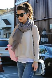 Kate Beckinsale looked flawless for shopping wearing this knotted gray scarf with a delicate raw edge.