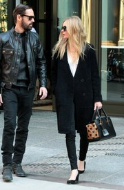 Kate Bosworth teamed her coat with a stylish heart-print tote by Burberry.