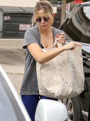 Kate Hudson went shopping carrying an oversized white shopper bag by Stella McCartney.