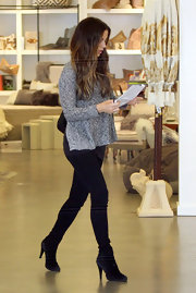 Kate Beckinsale shopped in comfort and style in a nubby heather gray sweater.