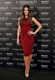 Kate Beckinsale topped off her red hot frock with nude platform pumps.