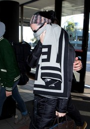 Katy Perry tried to go incognito with an oversized gray and black scarf while catching a flight out of LAX.