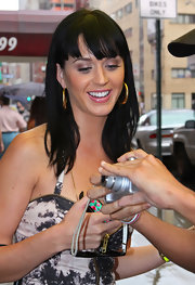 Katy wears big chunky golden hoops.