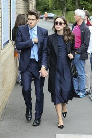 Keira Knightley sealed off her look with black pointy flats.
