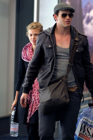 """Twilight"" Cast Lands in Vancouver"