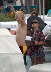 Kelly Osbourne sported an over-sized greyish blue sun hat with a 360 degree brim.