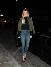 Kelsea Ballerini teamed her sweater with a pair of blue skinny jeans.
