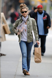 Keri Russel's pastel scarf was a girly finish to her casual strolling outfit.