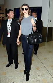 Miranda wore a refreshingly simple outfit consisting of a gray tee and skinny jeans.