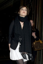Daisy Lowe kept warm with a tasseled black scarf at the Ping He Fall 2014 show.
