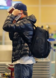 Leonardo DiCaprio caught a flight out of Vancouver carrying a heavy-looking black backpack.