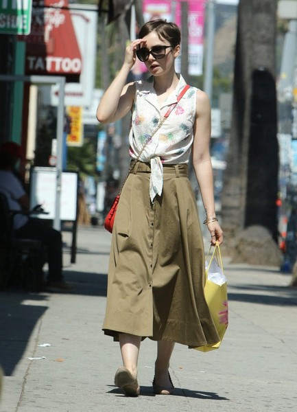 More Pics of Lily Collins Chain Strap Bag (3 of 9) - Shoulder Bags Lookbook - StyleBistro []