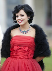 Looking like royalty, rock-star singer lily allen showed off her marilyn monroe curls while posing for cameras.