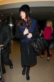 Liv Tyler completed her ensemble with a simple yet stylish black leather tote.