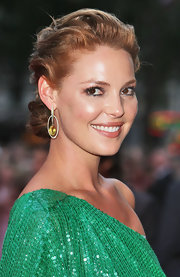 The ever stunning Ms. Heigl wore a softly textured chignon style updo with her goddess green ensemble. She added a little teased volume on top and pinned the ends into a low twisted bun.
