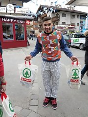 Louis Smith is definitely not one to shy away from prints as he showed when he wore this pair of gray lock-and-key-print pants with a printed sweatshirt.