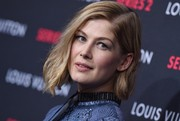 Rosamund Pike sported mildly messy, asymmetrical waves during the Louis Vuitton Series 2 exhibition.